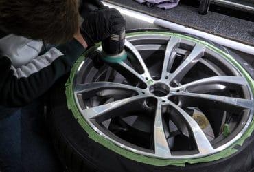 полировка колесного диска в шлколе детейлинга