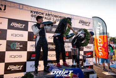 Победители гонок обливаются шампанским