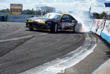 Гоночное авто на соревнованиях в Киеве