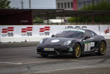 Porsche на гоночной трассе