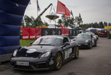 Автомобили на старте гонок RTR