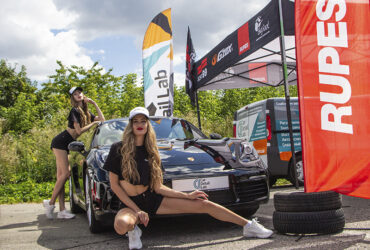 Модели возле Porsche