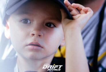 Маленький болельщик на автомобильных гонках