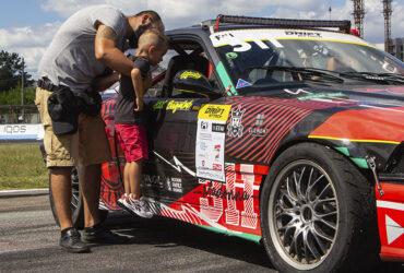 Болельщики RTR возле машины