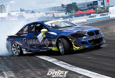 Синий BMW в дыму на соревнованиях по дрифтингу