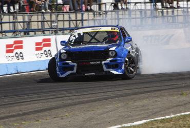 Синяя гоночная машина на автодроме