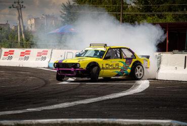 Желтый гоночный автомобиль на трассе