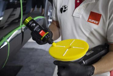 загрузка желтого круга полировальной пастой