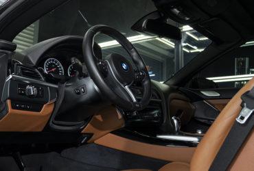 приборная панель и руль BMW после детейлинга
