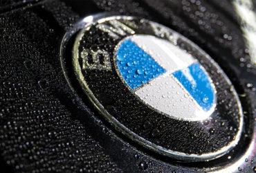 капли воды на значке BMW