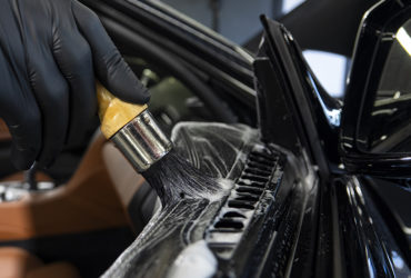 чистка панелей автомобильной двери