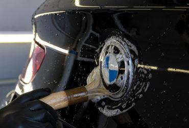 чистка хрома на значке автомобиля BMW