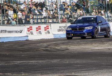 синее авто на гоночной трассе