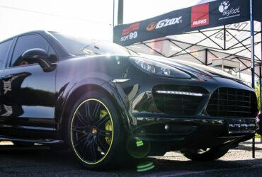 черный автомобиль на гонках