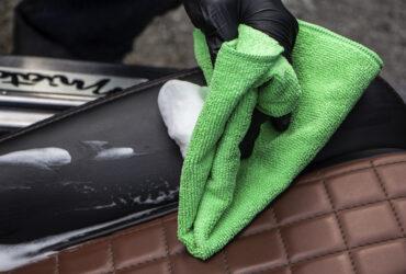 нанесение очистителя на кожу в автомобильном салоне