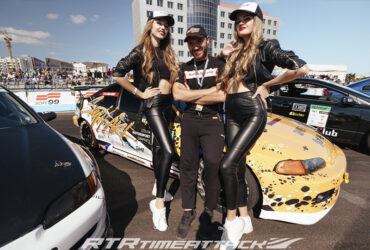девушки на фоне гоночной машины