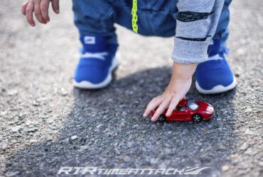 ребенок с моделькой гоночной машины