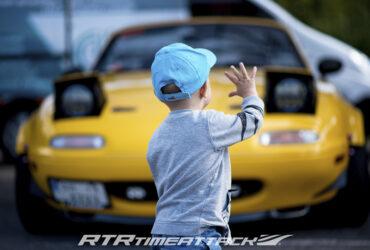 ребенок на фоне гоночной машины