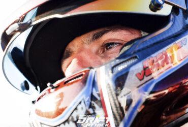 гонщик в шлеме крупным планом