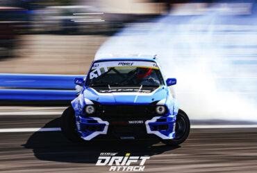синий автомобиль на гоноч6ной трассе