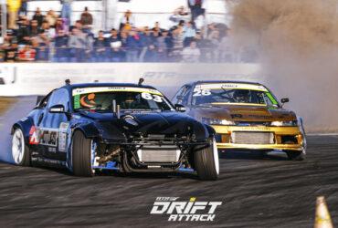 два дрифтующих автомобиля на гоночной трассе