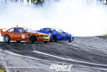 синий и оранжевый автомобили на трассе