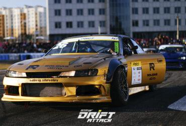 гоночное авто золотого цвета