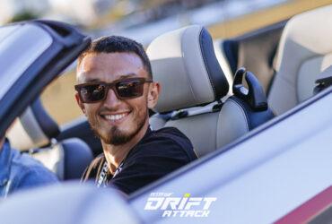 улыбающийся гонщик