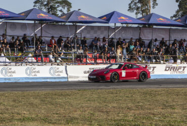 красный гоночный автомобиль на трассе