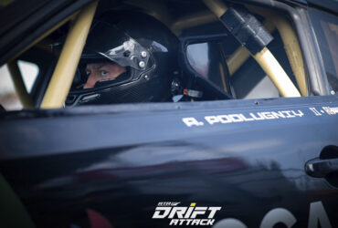 пилот за рулем гоночной машины