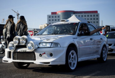 белый гоночный автомобиль на выставке
