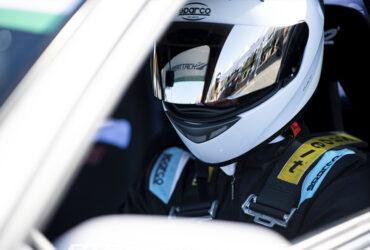 гонщик в шлеме