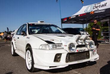 белое гоночное авто