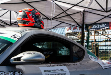 шлем на кузове гоночного авто
