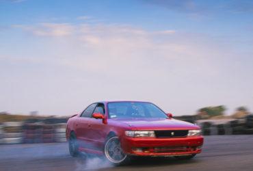 красный гоночный автомобиль