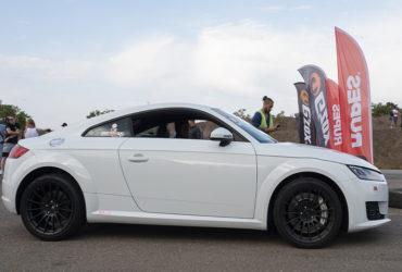 белый гоночный автомобиль