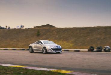 серый Peugeot на гоночной трассе