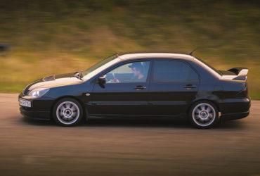 черный автомобиль на гоночной трассе 6-й километр