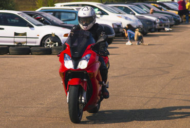 гонщик на красном мотоцикле
