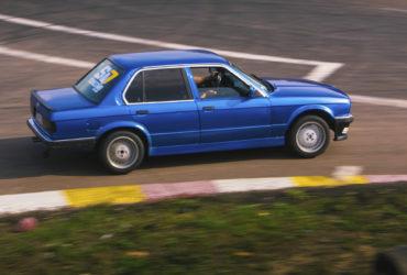 синий автомобиль на гоночной трассе 6-й километр