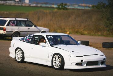 белый автомобиль с низким клиренсом