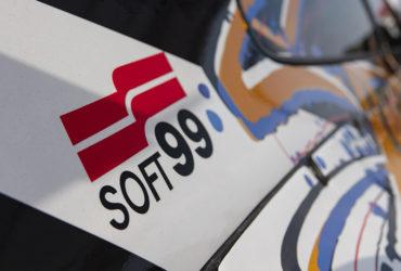 авто с наклейкой SOFT99
