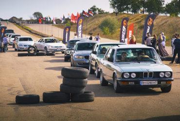 парад автомобилей перед гонками