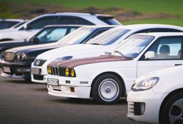 выставка автомобилей перед гоночной сессией