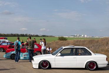 белая BMW с низким клиренсом