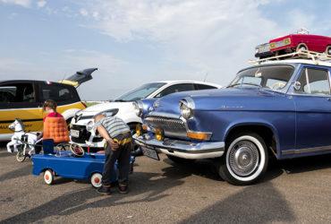 автомобильная выставка и посетители