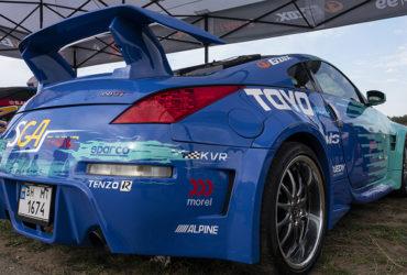 синий гоночный автомобиль со спойлером
