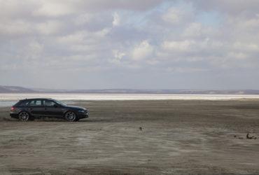 автомобиль на побережье лимана