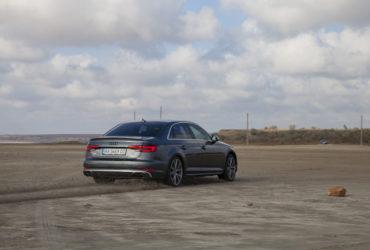 серый гоночный автомобиль на песке
