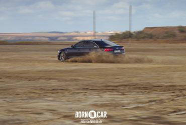 машина дрифтует на песке